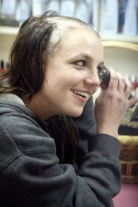 britney-spears-shaves-her-head-03
